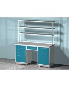 AR-L04N - стол лабораторный со стеллажом двухтумбовый (тумба с распашной металлической дверью, тумба с четырьмя выдвижными ящиками, выдвижным ящиком между тумбами), на столешнице стекло